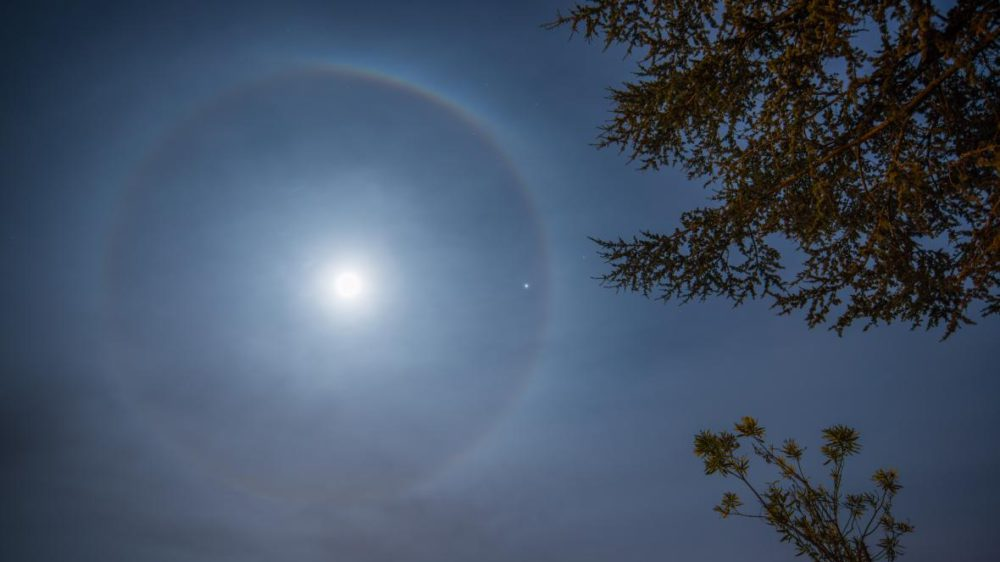 Amazing halo ring around the Moon is visible at night at some of the places on Earth 74