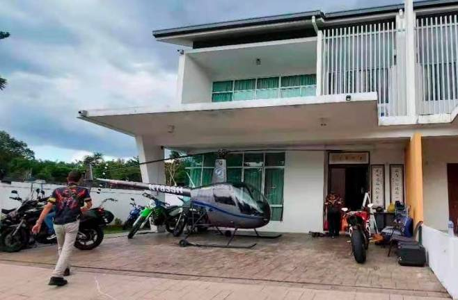 2 Malaysian men got into a fight over a helicopter parked in front of a house 62