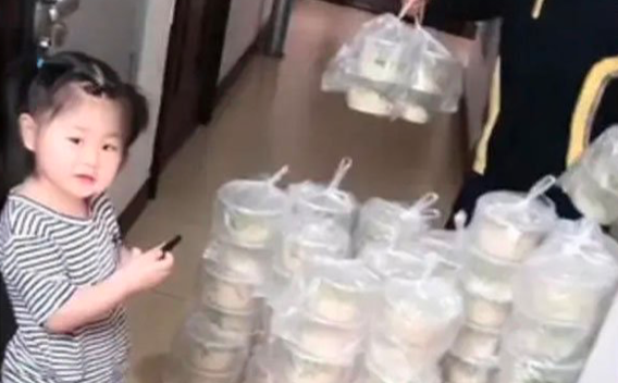 """Little Chinese girl accidentally added two """"0""""s; delivery sends 100 ZhaJiang noodles 68"""