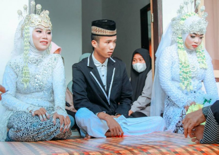 Indonesian man's ex-gf proposed at his wedding; wife agreed, 3 of them married on the spot 74
